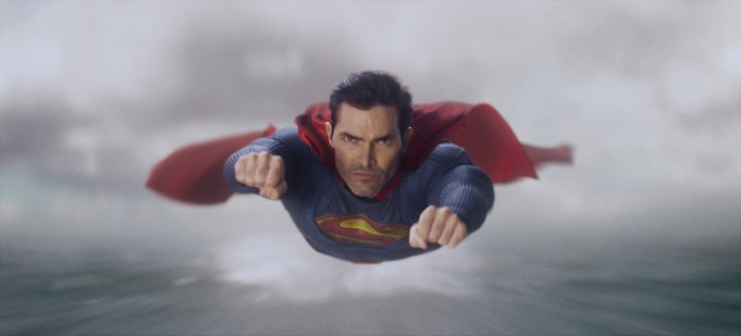 """Superman & Lois -- """"Pilot"""" -- Image Number: SML101fg_0007r2_HD.jpg -- Pictured: Tyler Hoechlin as Superman -- Photo: The CW -- © 2021 The CW Network, LLC. All Rights Reserved"""