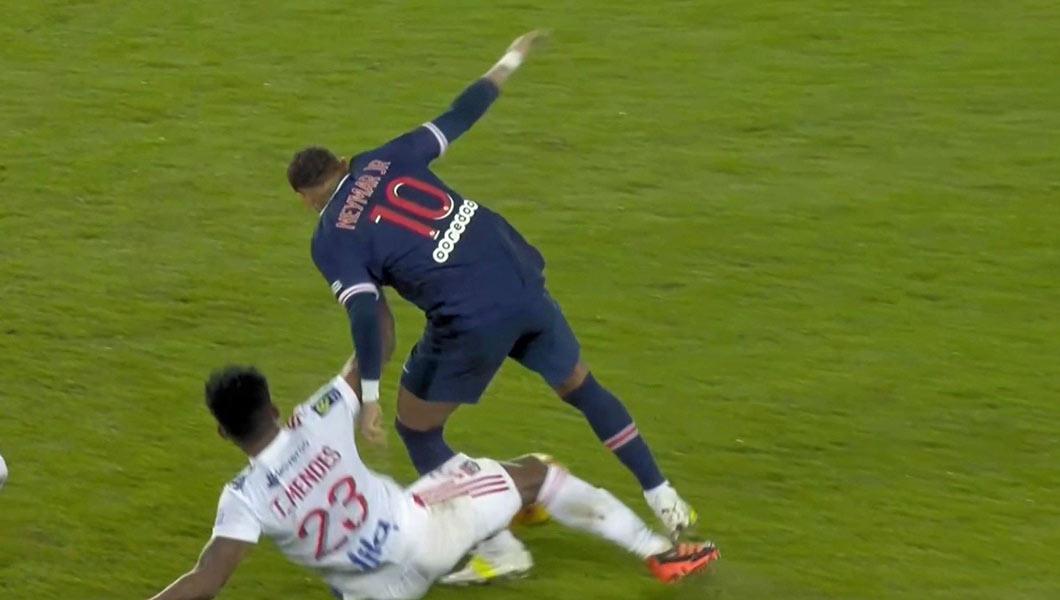 Ligue 1 vidéo : Lyon surprend le PSG au Parc des princes (0-1) , Neymar sorti sur civière