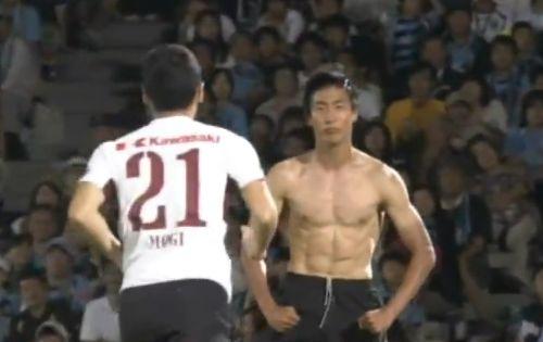 Ken Tokura scores a fantastic goal for Japanese club side Vissel Kobe against Kawasaki Frontale and replicates Mario Balotelli's Euro 2012 goal celebration