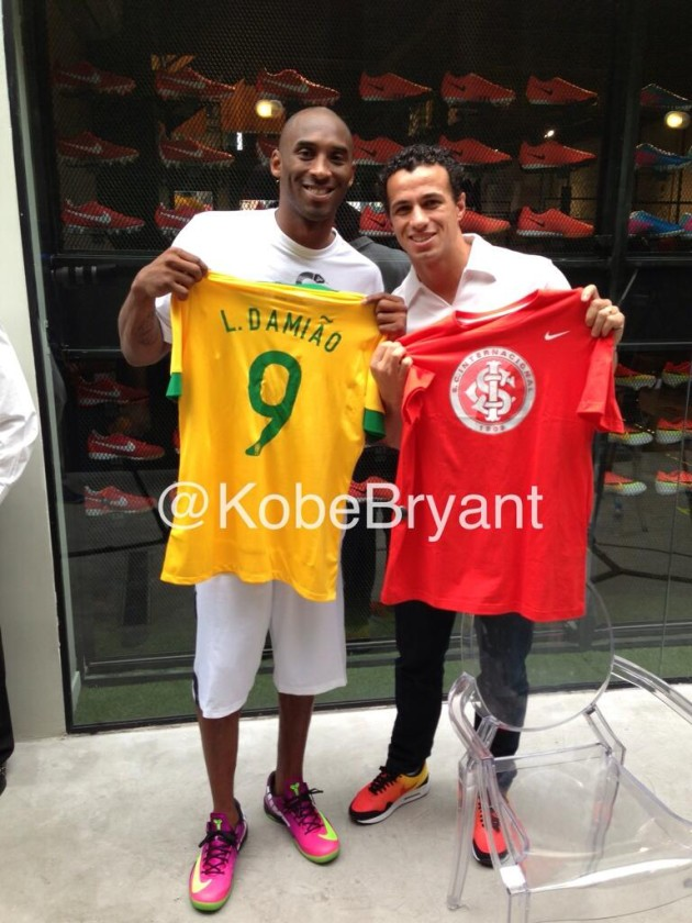 Kobe Bryant meets Leandro Damião in Brazil during the Confederations Cup 2013