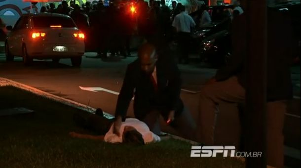 A girl faints after Neymar waves at her