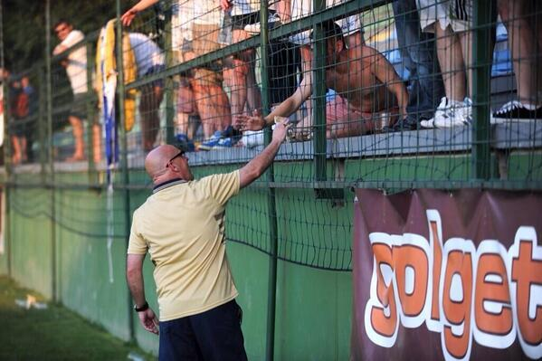 Brian McDermott buys drinks for Leeds fans in Slovenia, by handing them a 50 euro note