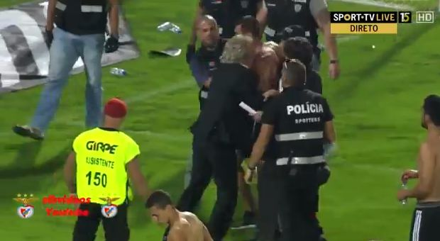 Benfica manager Jorge Jesus helps fan fighting with police