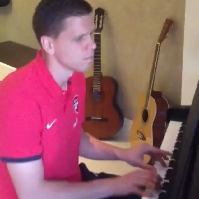 Wojciech Szczęsny plays piano after Arsenal v Spurs north London derby
