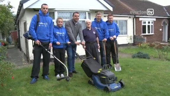 Everton legend Graeme Sharp gardening with 82-year-old fan