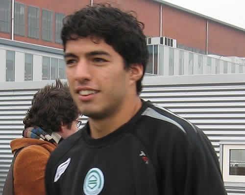 As Suárez bites Chiellini, he considers a move abroad