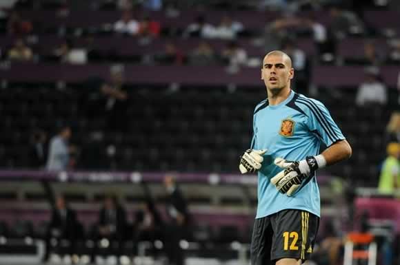 After once playing for Barcelona, Víctor Valdés signs for Manchester United