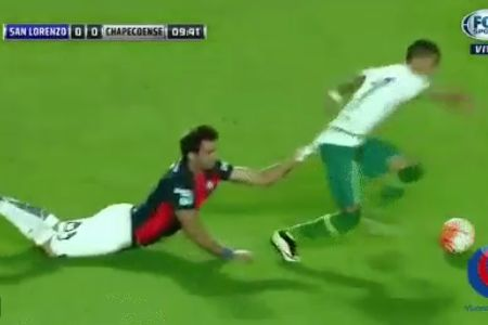 San Lorenzo player dragged by shirt of Chapecoense player