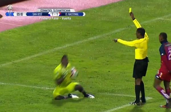 El Nacional goalkeeper dives to waste time
