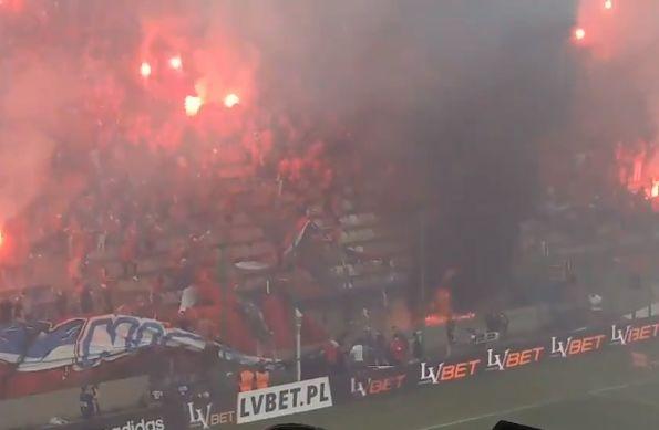 Wisła Kraków fans accidentally burn banner saying