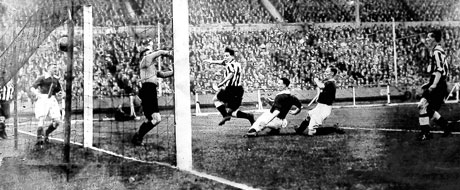 Newcastle and Arsenal experience goal line technology 1932 style