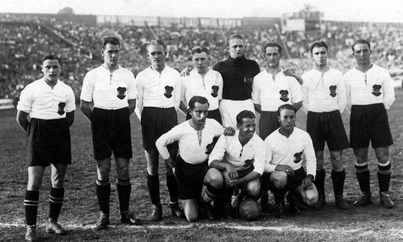 ZU APA 037 - MILLENNIUM FEATURE - Am 16.Mai 1931 schlug …sterreich vor 40.000 Zuschauern auf der Hohen Warte Schottland mit 5:0. Es war der Start desãWunderteamsÒ mit (stehend,l.n.r.) Karl Zischek, Fritz Gschweidl, Matthias Sindelar, Roman Schramseis, Rudi Hiden, Georg Braun, Karl Gall und Pepi Blum. Hockend (l.n.r.) mit Pepi Smistik, Toni Schall und Adolf Vogl. (Archivbild) APA-Photo: Sepp Graf