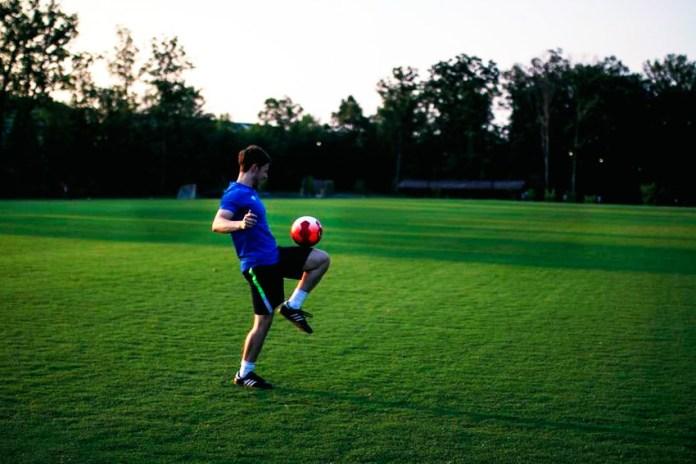 Игра с футбольным мячом