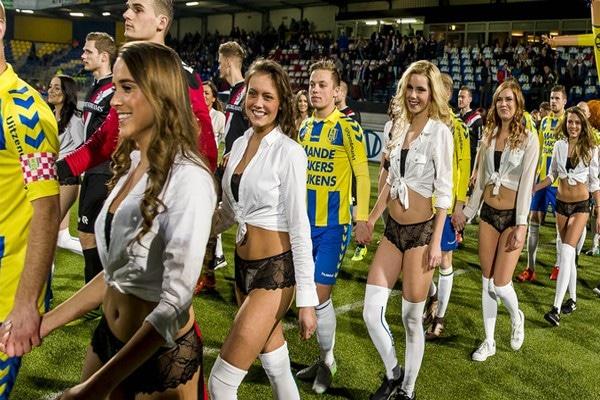 Модели вышли на поле с футболистами