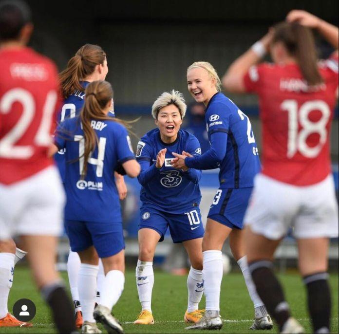 Chelsea domine Manchester United et s'empare de la première place.