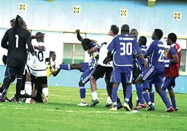 Trésor Mputu en train d'agresser l'arbitre. Kagame Cup 2010