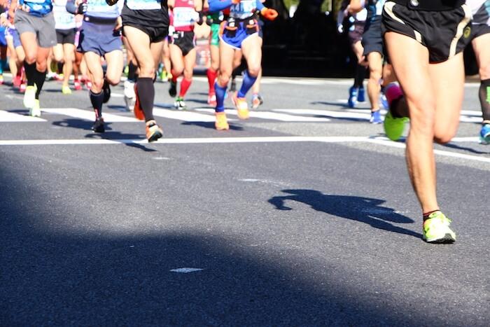 大きな大会でマラソンランナーが走っている様子の画像