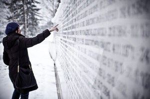 Wall of remembrance in Tuzla. Image by Marco Fieber, Creative Commons licence  CC BY-NC-ND