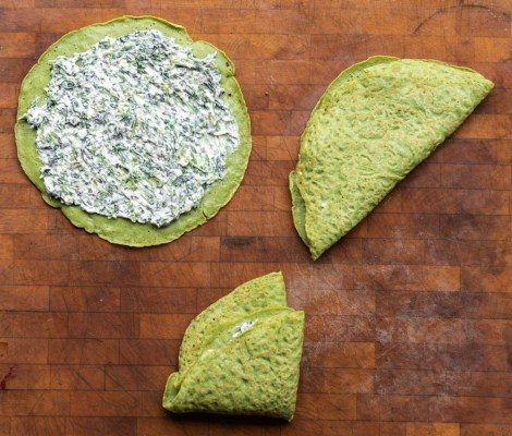 Filling green nettle crepes with nettle filling