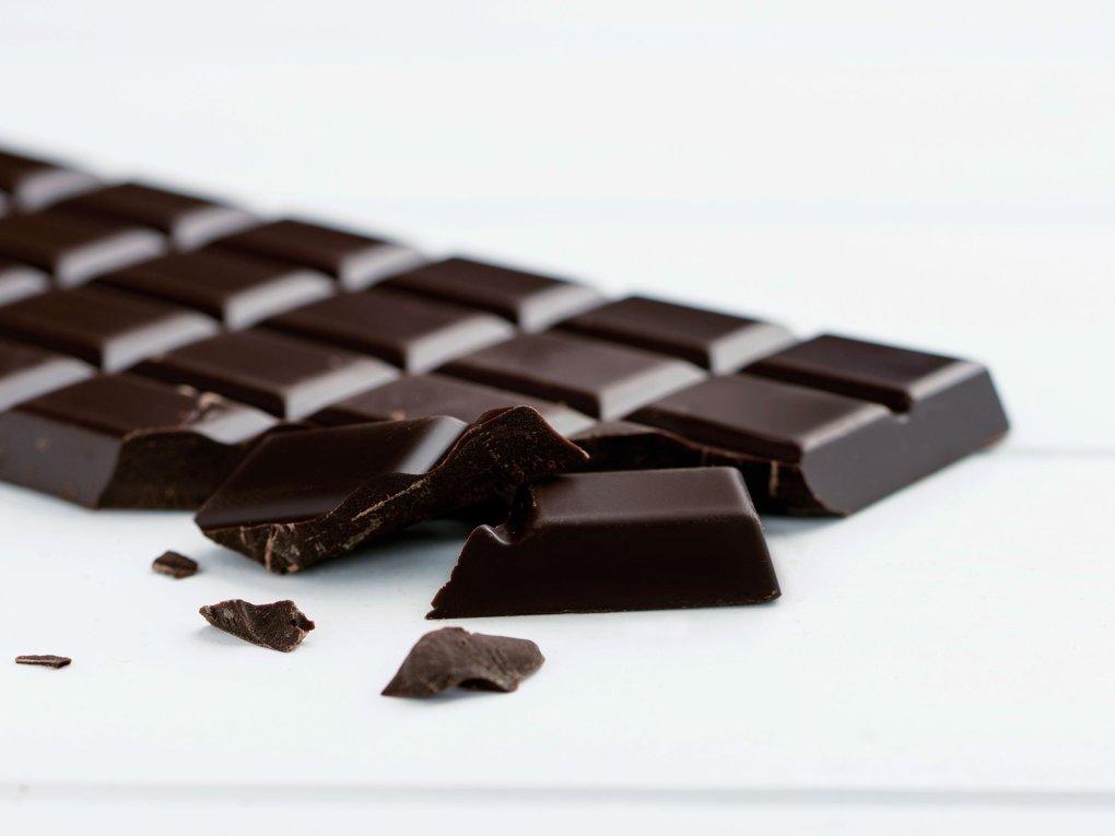 Ciocolata-neagra-10-alimente-pentru-o-piele-sanatoasa