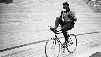 hombre, bicicleta, café