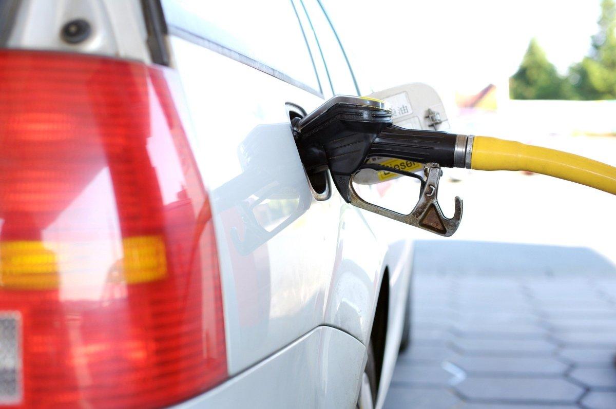 Repostando gasolina a un coche