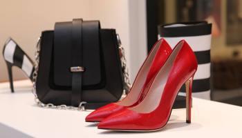 Zapatos de tacón y bolso