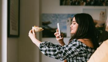 Chica haciendo una foto a su comida