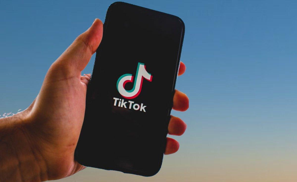 teléfono con la app tiktok