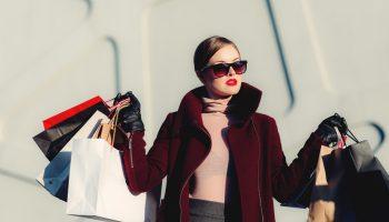 Mujer con bolsas de compras. Moda. Fashion