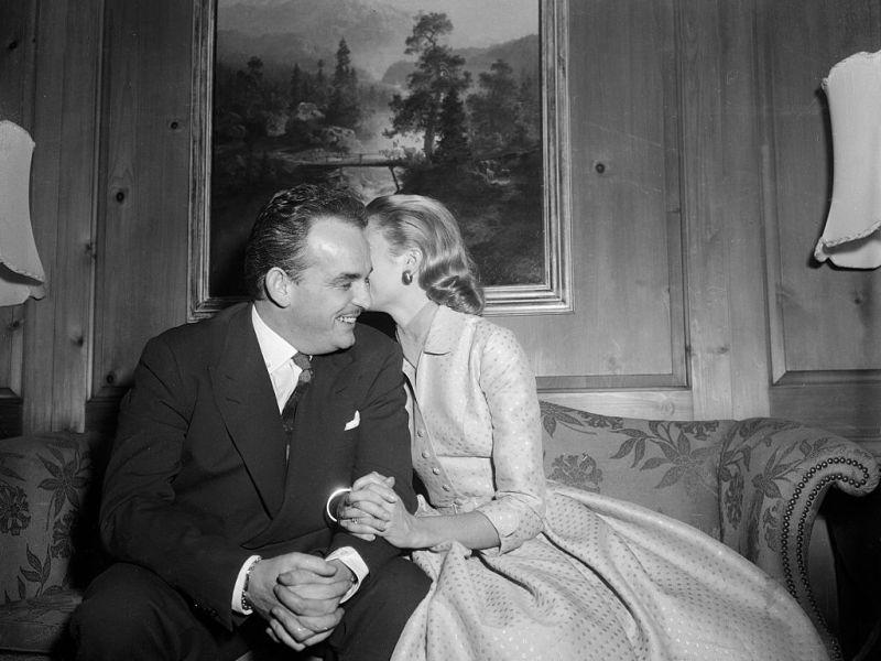 La actriz Grace Kelly y el príncipe Rainiero III de Mónaco después de anunciar su compromiso en 1955. Foto: Getty Images