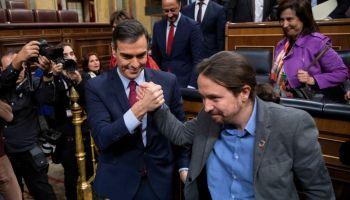 Sánchez e Iglesias se estrechan la mano en el Congreso. Getty.