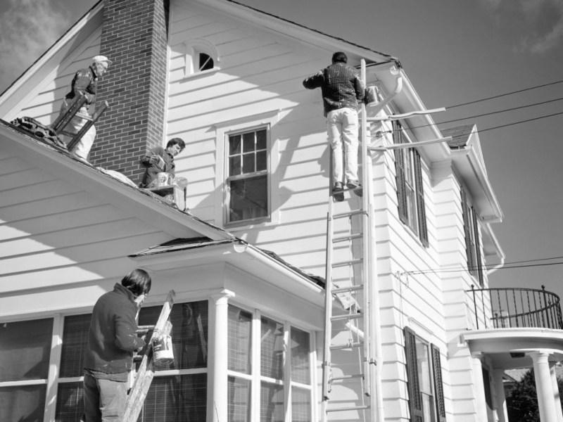 Cuatro hombres pintando una casa en los años 70. Foto : C. Shelton/ClassicStock (Getty Images)