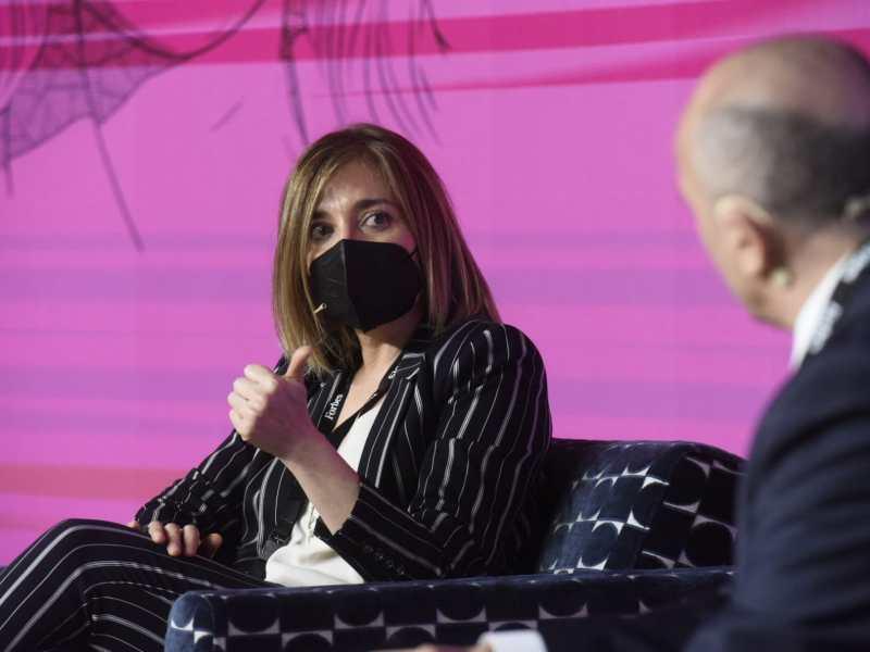 Ana Pérez, Directora Médica y de Asuntos Regulatorios de AstraZeneca, junto a Alipio Gutiérrez, durante su intervención en Forbes Summit Healthcare 2021.