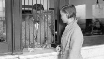 Una joven ingresa dinero en un banco (noviembre de 1933). Foto: United States Extension Service/National Archives & Records Administration/PhotoQuest (Getty Images)