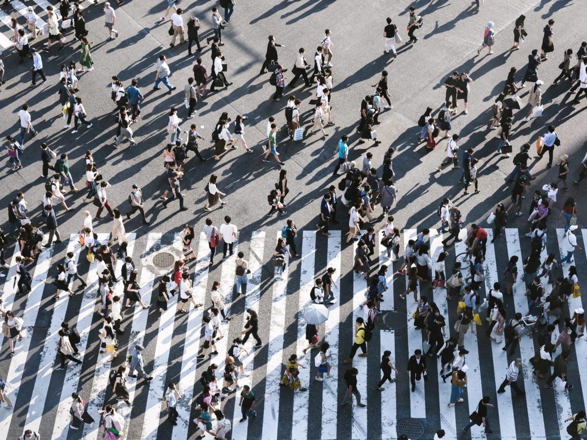 Gente. Cruzar paso de cebra. Foto: Ryoji Iwata (Unsplash)