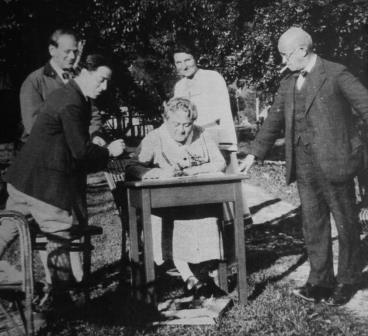 Eugenie Schwarzwald with her husband on the right and Egon and Emmy Wellesz along with a further guest at he house on the Alpine lake resort Altaussee