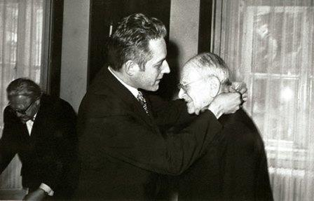 Wellesz receives a medal for sience and research of the Austrian Republic from Leopold Gratz (1971)
