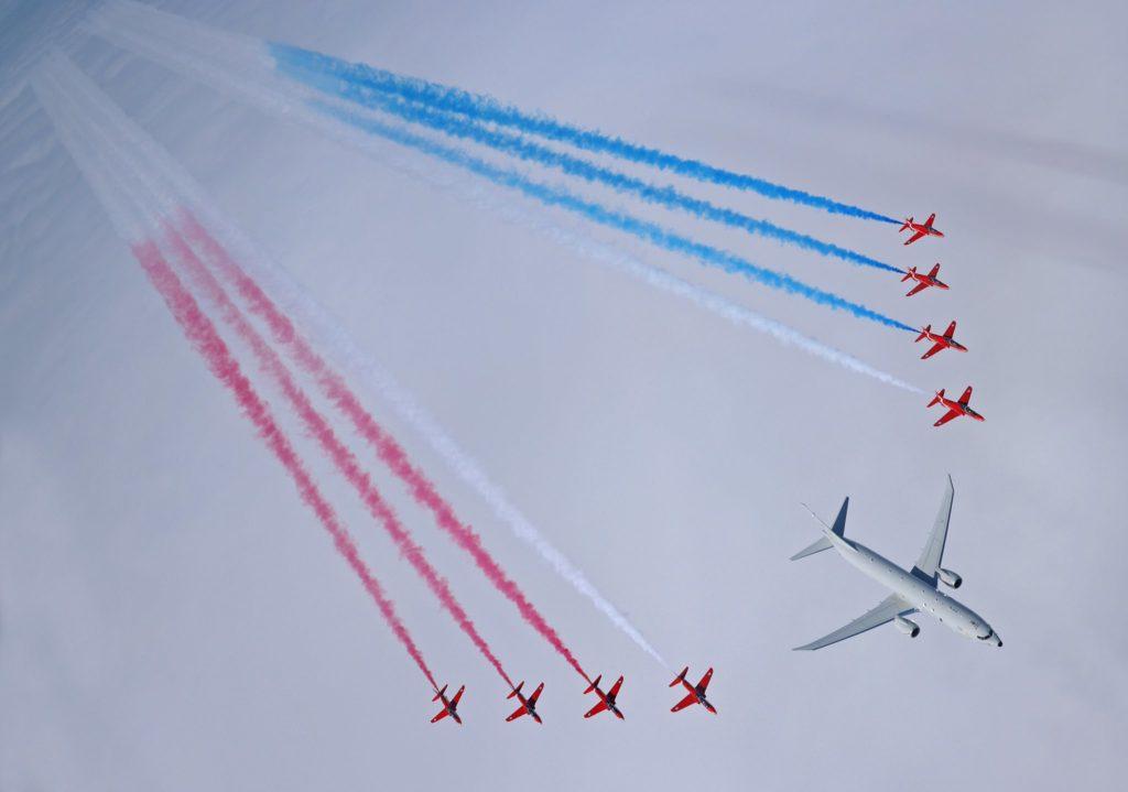 Os Hawk T1 dos Red Arrows na ala do Poseidon ZP804 do 120 Sq (Foto: Cpl Adam Fletcher).