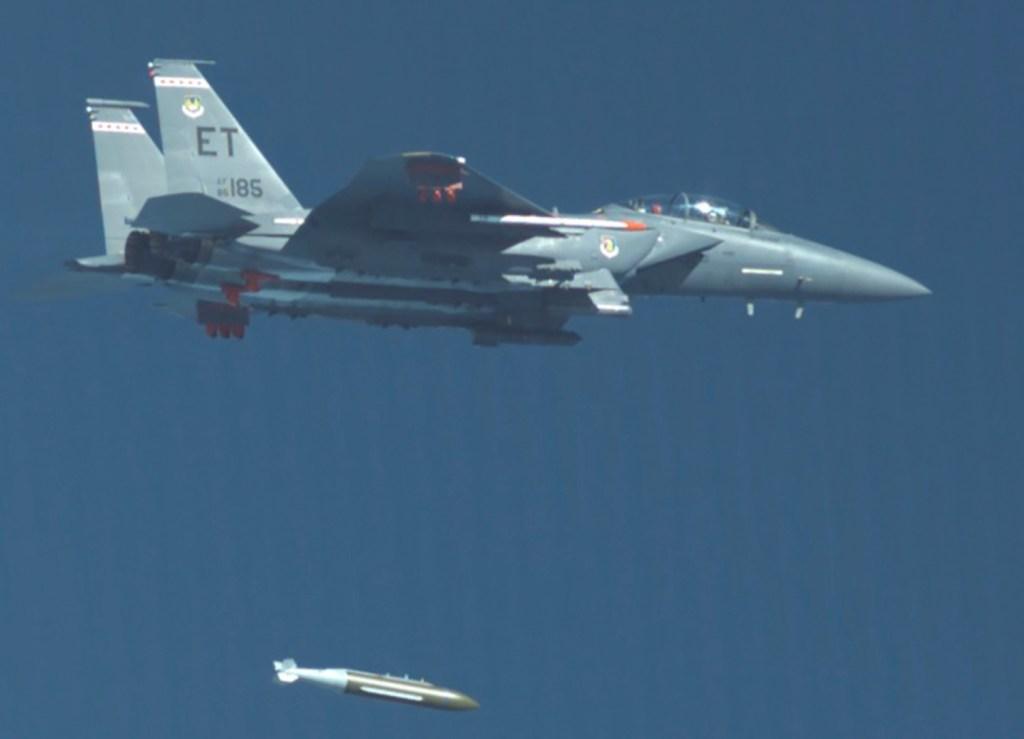 USAF testa a GBU-72, projetada para destruir Bunkers. F-15E AF 86-0186 do 40th TFS lançando a GBU-72 em 7 de outubro (Foto: USAF).