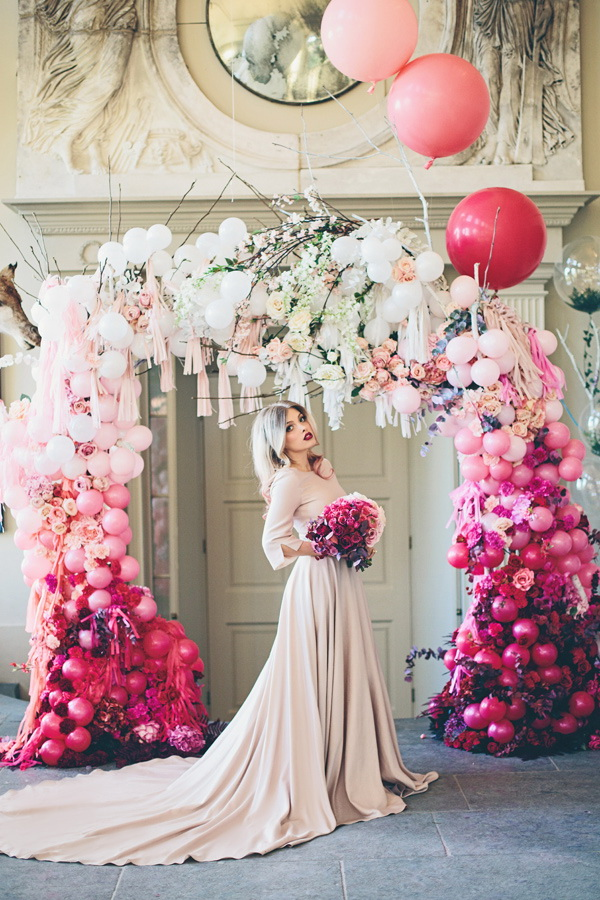 Balloons and Flowers Wedding Arch. What a beautiful wedding arch decoration idea! Love it!