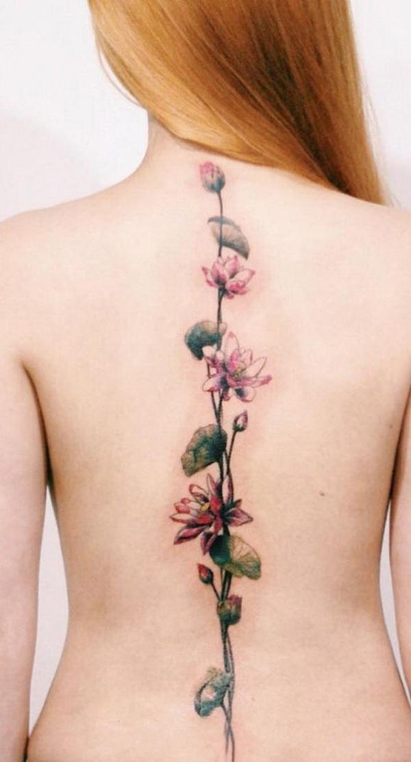 Tatuaje de columna con diseño de flores de loto rosa.