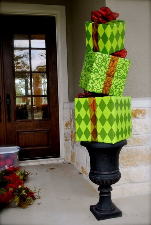 DIY Gift Boxes Christmas Topiaries. Do not throw away the gift boxes after you opening the gifts so quickly. You can repurpose them into these eye-catching Christmas topiaries in any color as you wish!