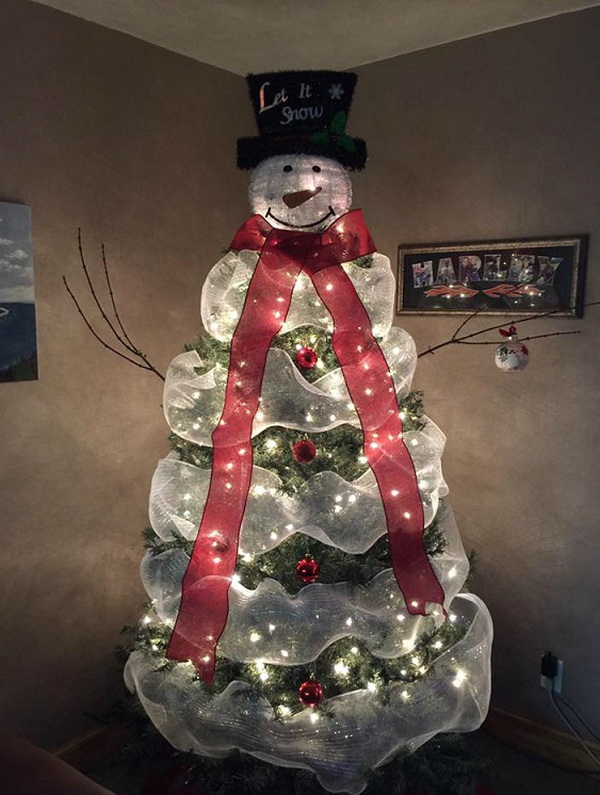 Lovely snowman christmas tree to make using mesh! If you are finding a creative way to decorate your tree this holiday, this snowman idea will never go worry! Add a twist to your Christmas tree design by creating a snowman using mesh and lights!