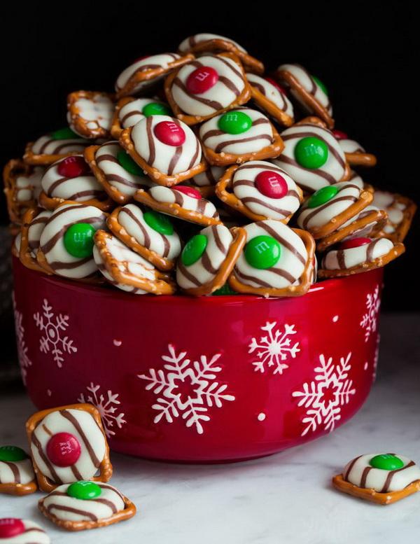 Quick and Easy Christmas Treat Ideas: Chocolate Pretzel M&M Hugs for Christmas.