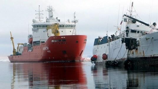 Araon rescuing Sparta in December 2011 off Antarctica.