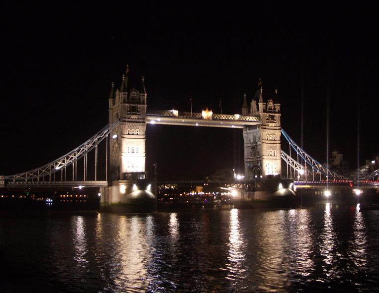 Tower Bridge on puoliksi nostosilta, puoliksi riippusilta.