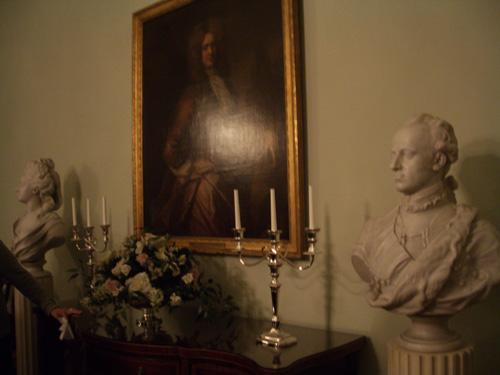 Taulua, patsasta ja kynttilänjalkaa.