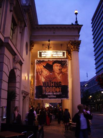 Kuva Royal Theatre Haymarketin sisäänkäynnillepäin näytelmän väliajalla.