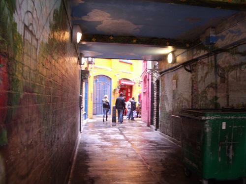 Sisäpiha on piilotettu maalatun käytävän taakse.